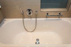 Weißer keramischer Innenraum der Badewanne Lizenzfreie Stockbilder