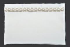 Weißer Kissenkasten mit Spitze Stockfotografie