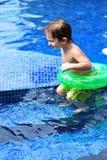 Weißer Kleinkindjunge in einem Pool mit Gefäß Lizenzfreies Stockfoto