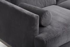 Weißer Komfort, der Stuhl, Faser-Seiten-Stuhl speist - die hölzerne Basis, weißes Sahneoberteil des Stuhls speisend, Matt lackier stockbild
