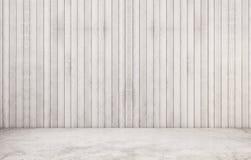 Weißer konkreter Polierboden mit hölzerner Wand Stockfoto