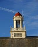 Weißer Kontrollturm mit roter Haube Stockfotos