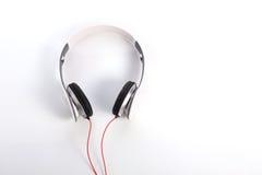 Weißer Kopfhörer auf weißem Hintergrund Stockfotografie