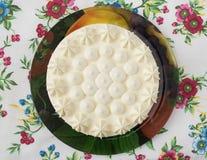 Weißer Kuchen auf der Platte Lizenzfreie Stockfotos