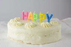 Weißer Kuchen und glückliche Kerzen lizenzfreie stockfotos