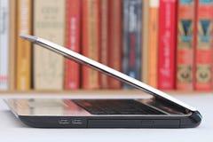 Weißer Laptop auf einer Tabelle Stockbilder