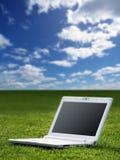 Weißer Laptop in der Natur Lizenzfreie Stockfotografie