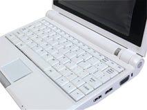 Weißer Laptop, der weiße Tastatur vom Recht zeigt lizenzfreies stockbild