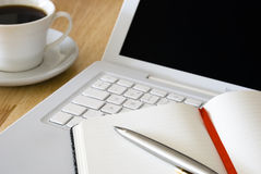 Weißer Laptop und Kaffeetasse Stockfotos