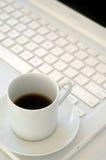 Weißer Laptop und schwarzer Kaffee Stockfoto