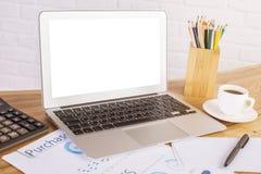 Weißer Laptop und Werkzeuge Stockbild