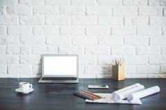 Weißer Laptopschirm auf dem Desktop Stockfoto