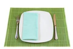 Weißer leerer großer Teller mit Serviette Stockbild