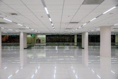 Weißer leerer Korridor mit Beleuchtung und Glasfenster lizenzfreie stockbilder