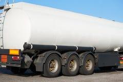 Weißer leerer Tankwagen, hintere Ansicht, ein Gegenstand auf Straße lizenzfreie stockbilder