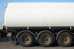 Weißer leerer Tankwagen, Seitenansichtnahaufnahme, ein Gegenstand auf Straße stockfoto