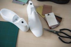 Weißer letzter Plastikschuh zwei auf Gummigeschnittener SekundärSchneidematte, die Ausrüstung benutzt für Schuhentwurf lizenzfreie stockfotos