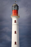 Weißer Leuchtturm über drastischem Himmel Lizenzfreies Stockfoto