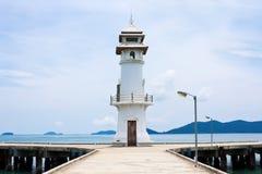 Weißer Leuchtturm auf Anlegestelle Stockbilder