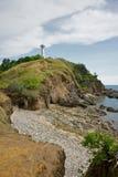 Weißer Leuchtturm auf einem Hügel Lizenzfreies Stockbild