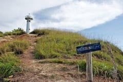 Weißer Leuchtturm auf einem Hügel Lizenzfreies Stockfoto