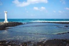 Weißer Leuchtturm in der Udo-Insel Kuh-Insel stockfotos