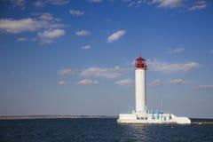 Weißer Leuchtturm gegen den blauen Himmel Lizenzfreie Stockfotos