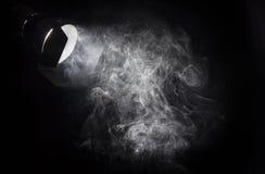 Weißer Lichtstrahl der Weinlese vom Projektor Stockbild
