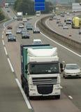 Weißer LKW auf Autobahn lizenzfreies stockbild
