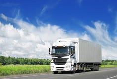 Weißer LKW auf Datenbahn Lizenzfreies Stockbild