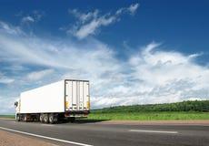 Weißer LKW, der weg auf Datenbahn beschleunigt Lizenzfreies Stockfoto