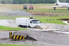 Weißer LKW des Militärs KAMAZ überwinden Wasserhindernisgrube Lizenzfreies Stockbild