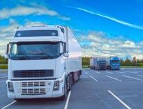 Weißer LKW geparkt am bewölkten Tag Stockfotografie