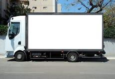 Weißer LKW mit Leerplatte Stockbilder