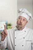 Weißer männlicher Koch in der Küche lizenzfreies stockbild