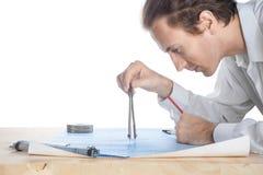 Weißer Mann des Ingenieurs von mittlerem Alter überprüft Plan Stockbilder