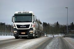 Weißer MANN Tankwagen auf Winter-Brücke Stockbild