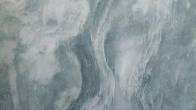 Weißer Marmorhintergrund mit blauen Wasser stockbild