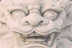 Weißer Marmorlöwestatuenstand im chinesischen Tempel, Thailand Stockfotos
