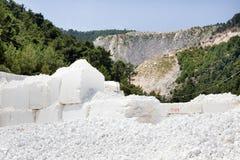 Weißer Marmorsteinbruch lizenzfreies stockbild