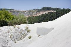 Weißer Marmorsteinbruch stockfoto