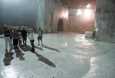 Weißer Marmorsteinbruch in den Jachthafendi Carrara lizenzfreie stockfotografie