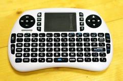 Weißer Mini Keyboard Placed auf Tabelle Lizenzfreie Stockbilder