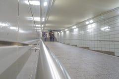 Weißer mit Ziegeln gedeckter U-Bahntunnel New York Manhattan mit Leuten in der Bewegung stockbilder