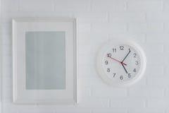 Weißer moderner Bilderrahmen und analoge Uhr Lizenzfreies Stockbild