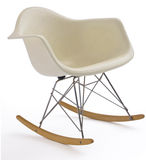 Weißer moderner Schwingstuhl stockfoto