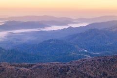 Weißer Nebel des Sonnenaufgangs am frühen Morgen über hoher Winkelsicht von tropischen Bergen der Schicht lizenzfreie stockbilder