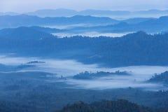 Weißer Nebel des Sonnenaufgangs am frühen Morgen über hoher Winkelsicht von tropischen Bergen der Schicht stockfotos