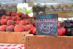 Weißer Nektarinenstall am Landwirtmarkt Lizenzfreies Stockfoto