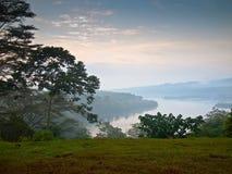 Weißer Nil morgens auf einem Hintergrund des Bergs Stockfoto